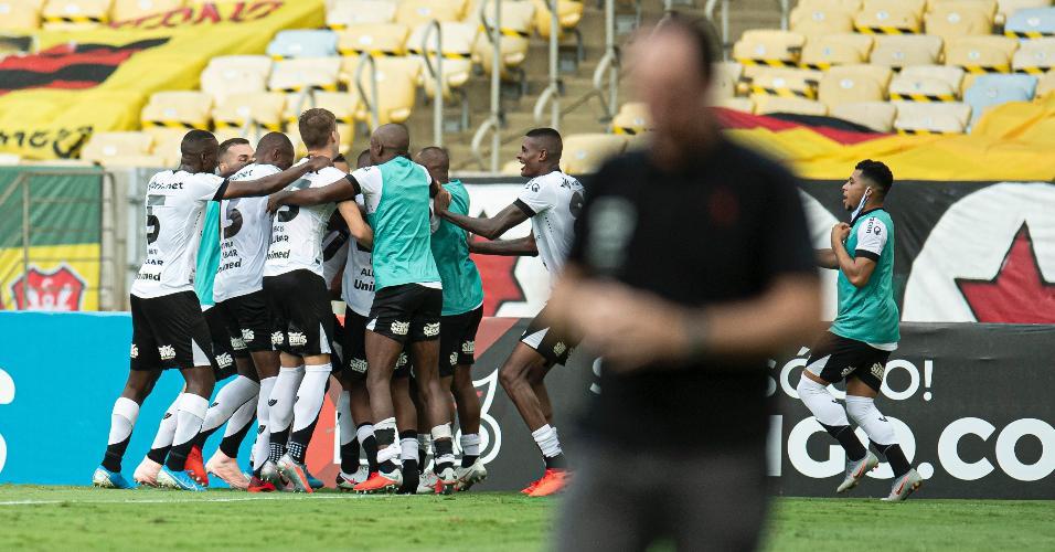 Jogadores do Ceará comemoram vitória sobre o Flamengo