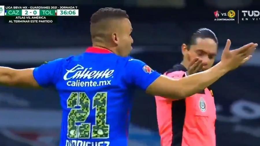 Jogador do Cruz Azul fica inconformado após interferência do juiz em lance - Reprodução/Twitter