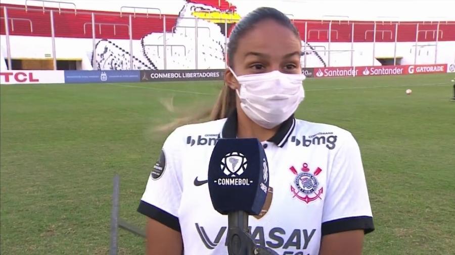 Banner de patrocinador da Libertadores cai e assusta jogadora do Corinthians em entrevista - Reprodução/Facebook Conmebol