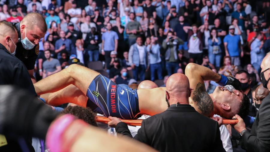 Chris Weidman deixa o octógono de maca após quebrar a perna na luta contra Uriah Hall no UFC 261 - Alex Menendez/Getty Images