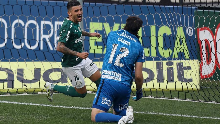 Victor Luis comemora gol do Palmeiras após aproveitar rebote de Cássio, do Corinthians - MARCO GALVãO/FOTOARENA/ESTADÃO CONTEÚDO