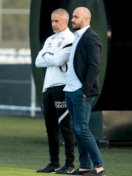 O técnico Sylvinho e o gerente de futebol Alessandro Nunes em treino do Corinthians. - Rodrigo Coca/Agência Corinthians