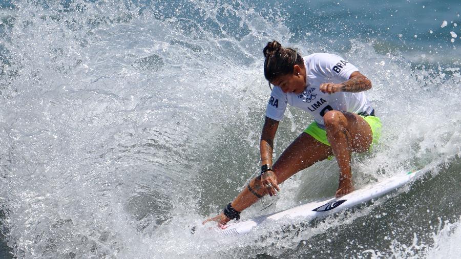 Silvana Lima em ação durante eliminatórias do surfe nas Olimpíadas de Tóquio - Lisi Niesner/Reuters