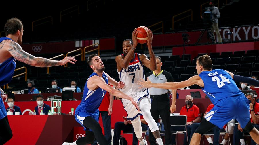 Kevin Durant tenta superar a marcação de Tomas Satoransky na partida entre Estados Unidos e República Tcheca nos Jogos Olímpicos de Tóquio - Brian Snyder/Reuters