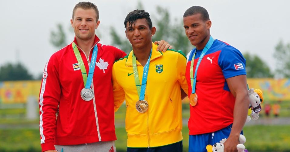Isaquias Queiroz recebe a medalha de ouro conquistada na canoagem C1-200m