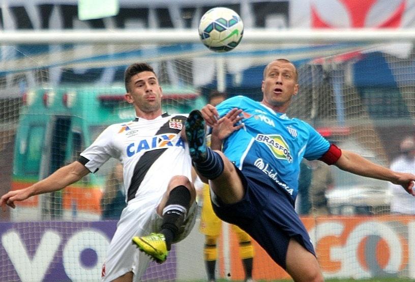 Marquinhos tenta escapar da marcação de vascaíno durante jogo do Avaí, em Florianópolis