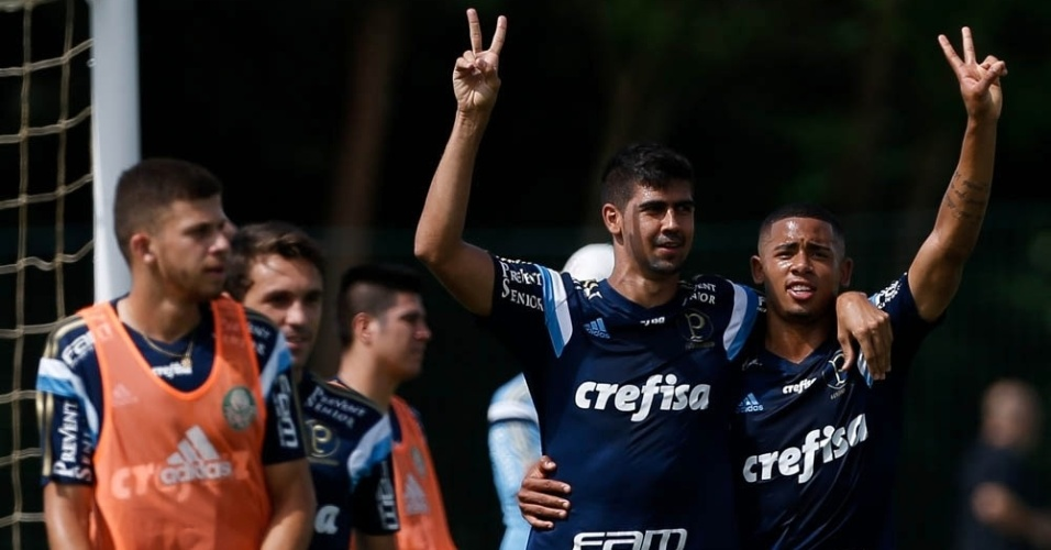 Leandro Almeida e Gabriel Jesus em ação no treino do Palmeiras em Atibaia