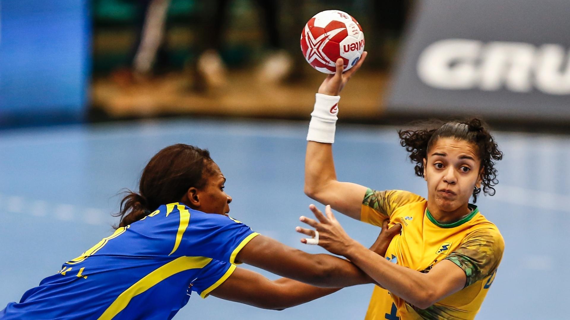 e84221af08 Francielle tenta superar a marcação do Congo na vitória do Brasil