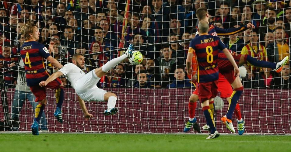 Benzema dá um belo voleio para empatar o jogo para o Real Madrid contra o Barcelona, pelo Campeonato Espanhol