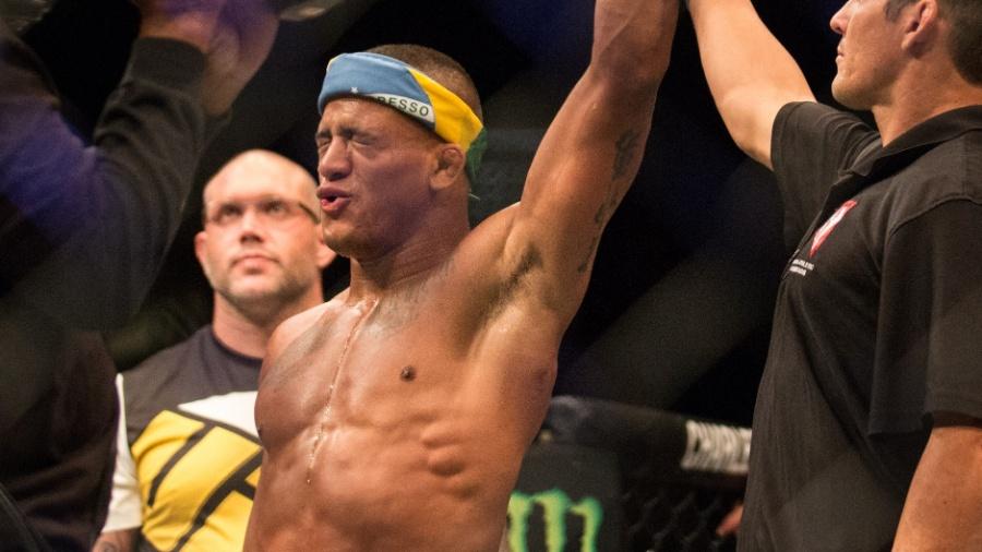 Gilbert Durinho comemora vitória por Lukasz Sajewski nos leves - Rigel Salazar/Ag Fight