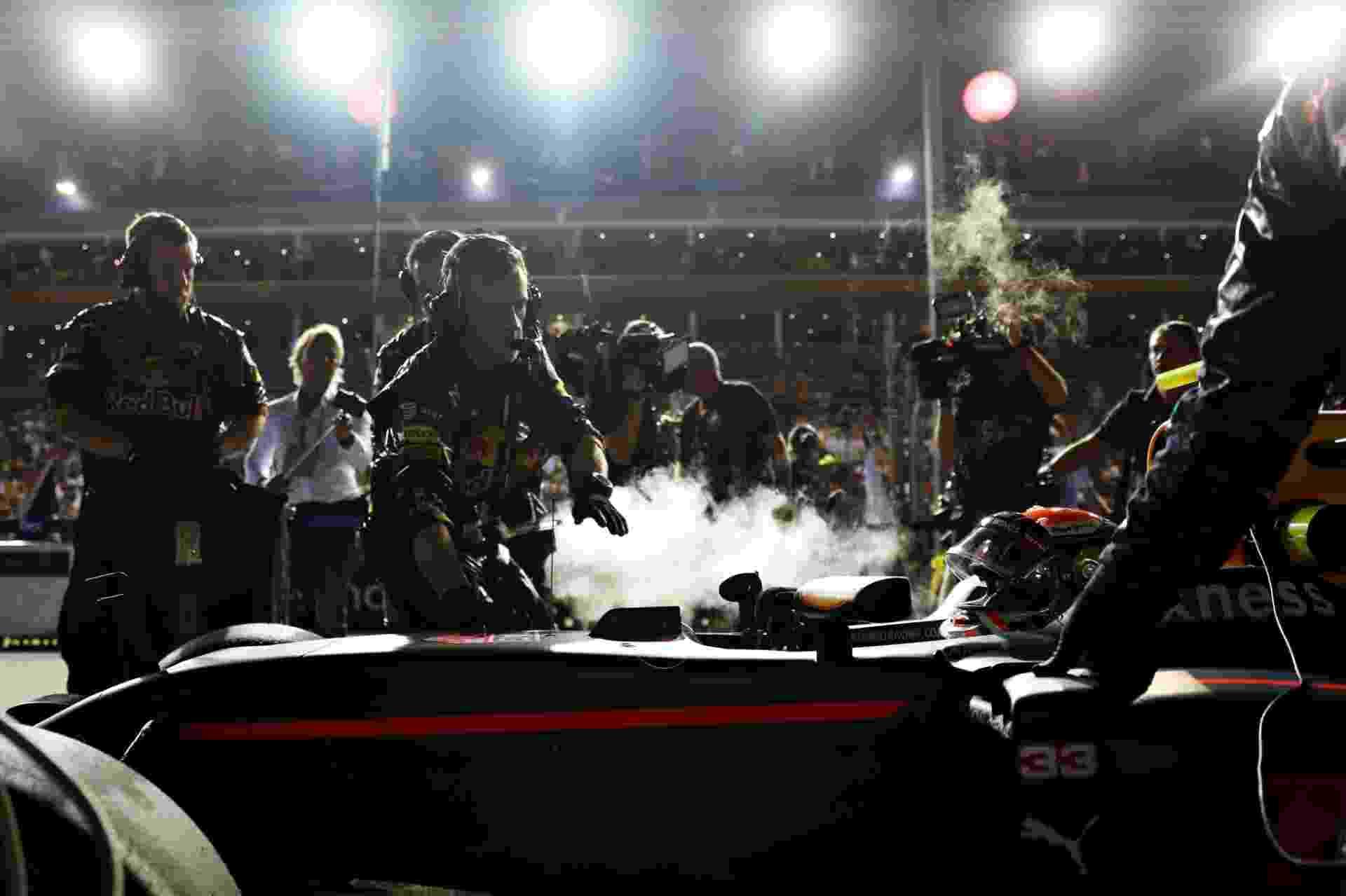 Mark Thompson/Getty Image - Max Verstappen alinga no grid para a largada do GP de Cingapura