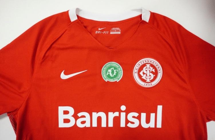 Camisa do Inter com o símbolo da Chapecoense que será usada pelo clube
