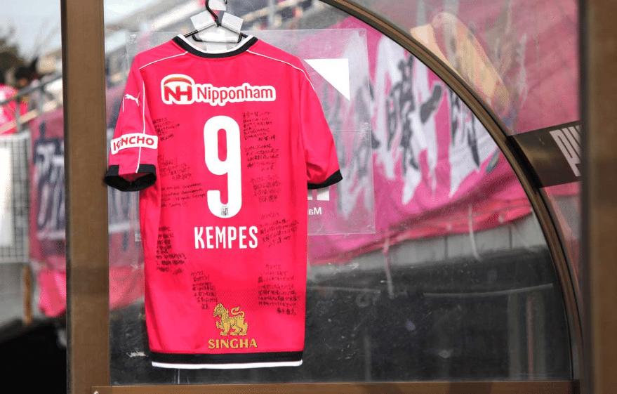 Camisa de Kempes é pendurada no banco de reservas do Cerezo Osaka