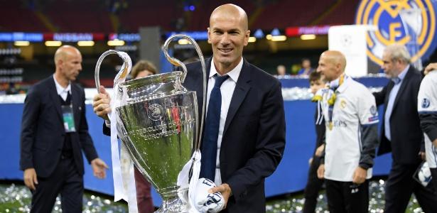 Zidane posa com a taça da Liga dos Campeões