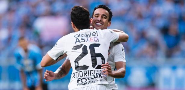 Jadson comemora gol do Corinthians com Rodriguinho
