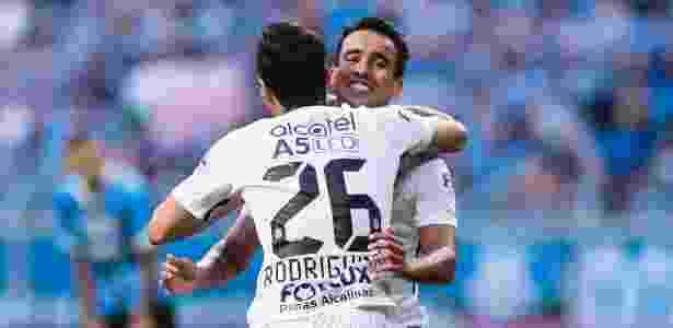 Jadson comemora gol do Corinthians com Rodriguinho - Jeferson Guareze/AGIF