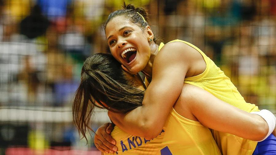 Brasileiras celebram ponto durante partida contra os EUA - Divulgação FIVB
