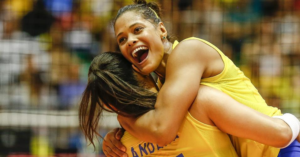 Brasileiras celebram ponto durante partida contra os EUA