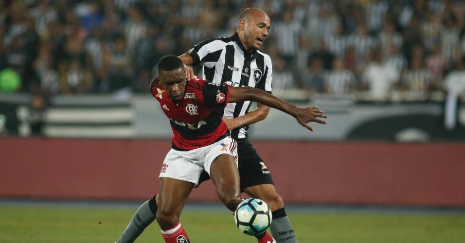 Juan, do Flamengo, e Roger, do Botafogo, disputam bola em Botafogo x Flamengo pela Copa do Brasil