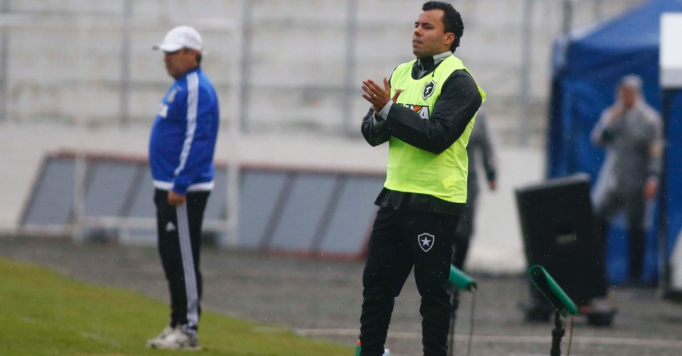 Técnico Jair Ventura, do Botafogo, observa o time durante jogo contra a Ponte Preta