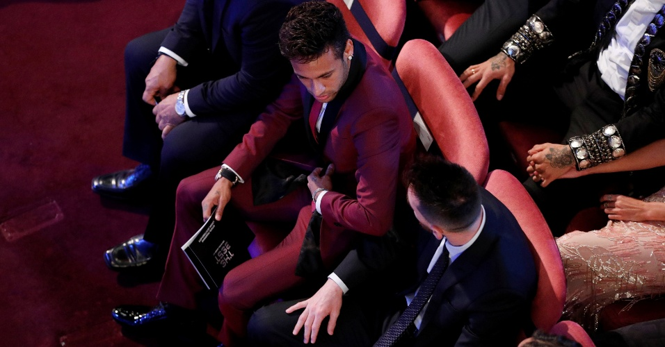 Neymar e Messi conversam durante prêmio dos melhores da Fifa