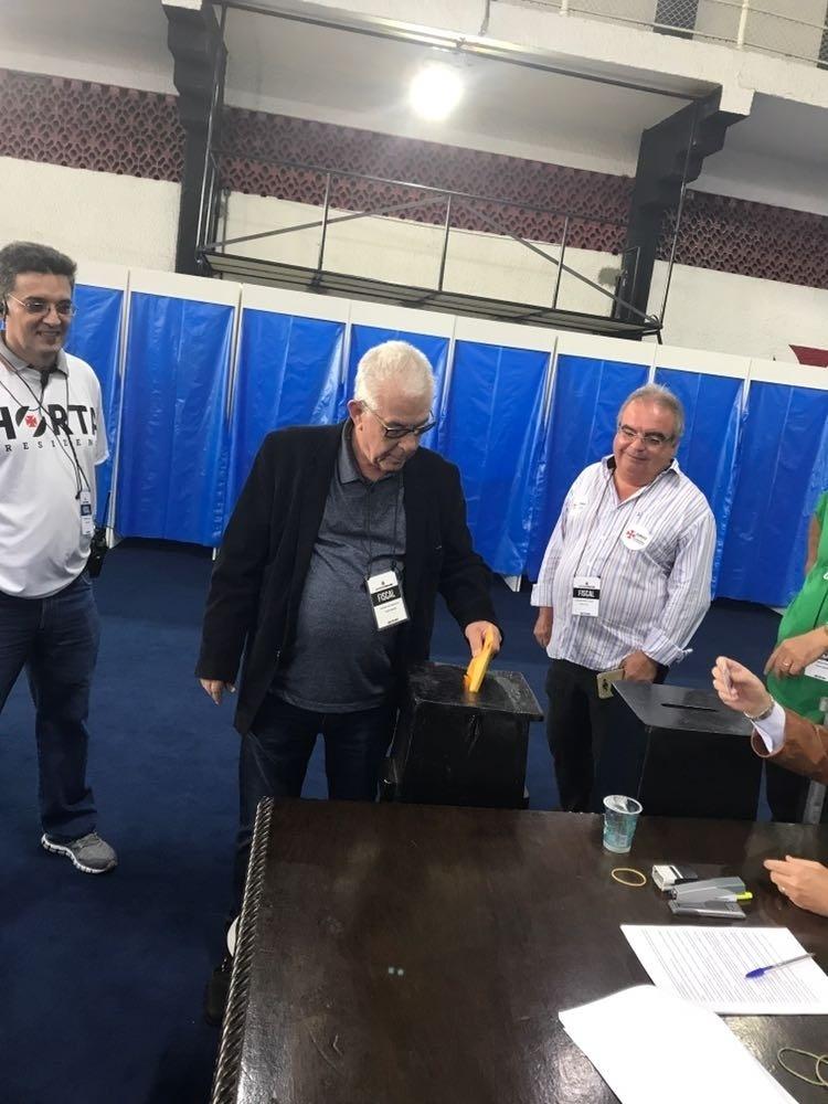 Fernando Horta vota. Ele tem como rivais Eurico Miranda e Julio Brant