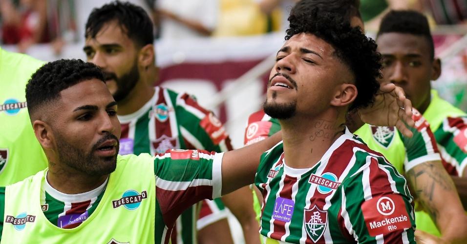 Jogadores do Fluminense cumprimentam Douglas após gol sobre a Ponte