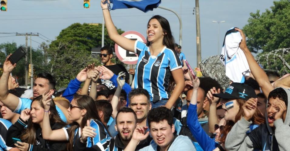 Torcida do Grêmio comemora com os jogadores o tricampeonato da Libertadores