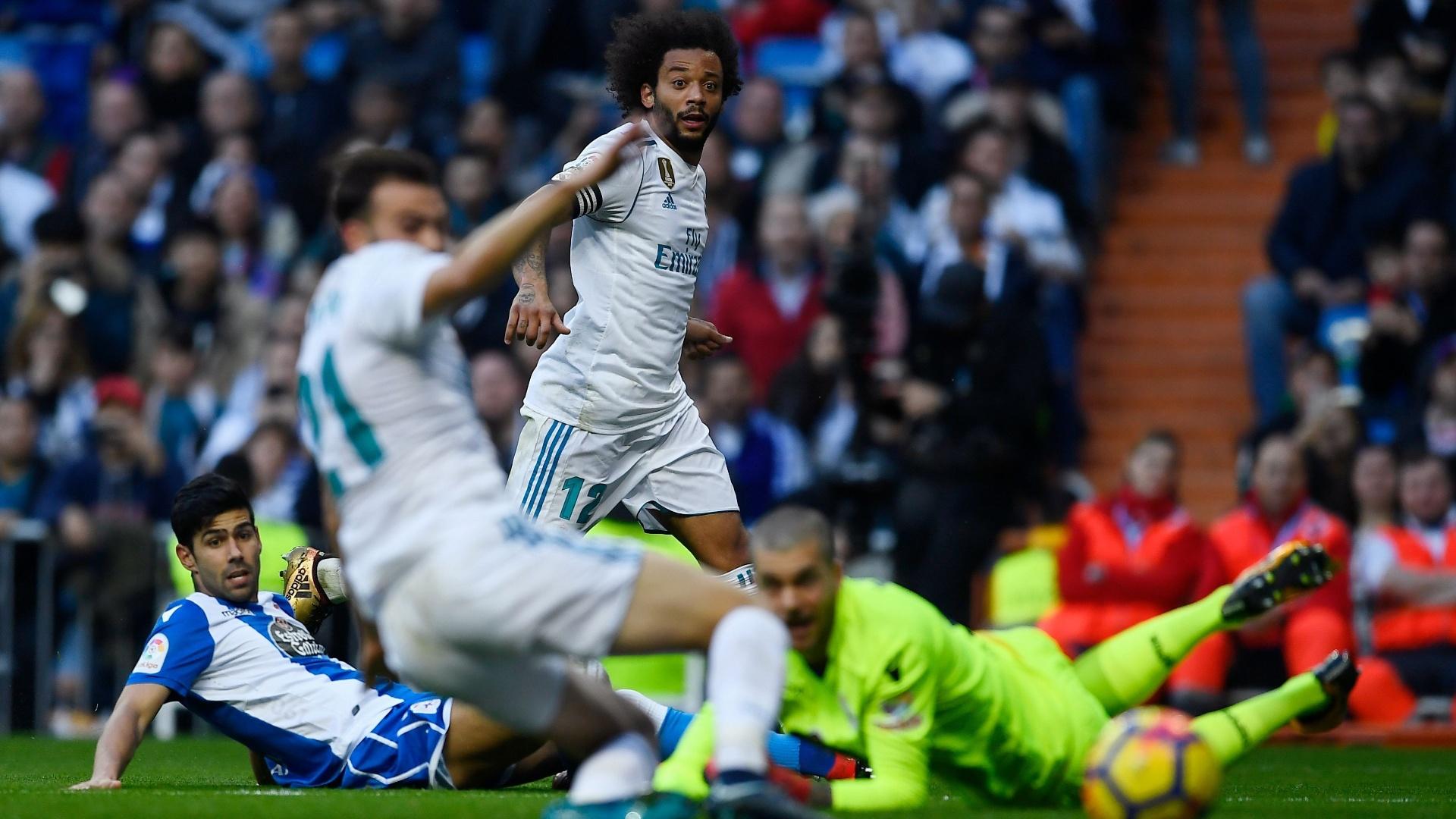 Marcelo tenta cruzamento durante a partida entre Real Madrid e Deportivo La Coruña