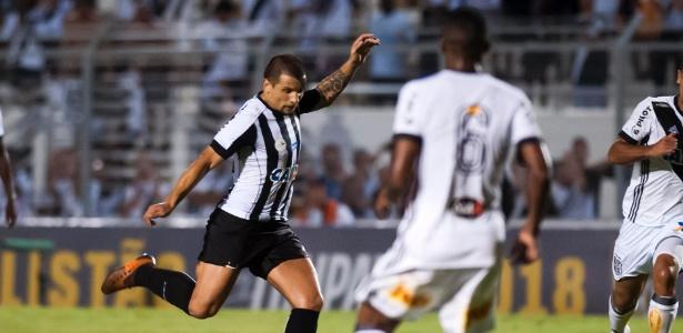 Vecchio lançando bola em assistência para o gol do jovem Rodrygo contra a Ponte