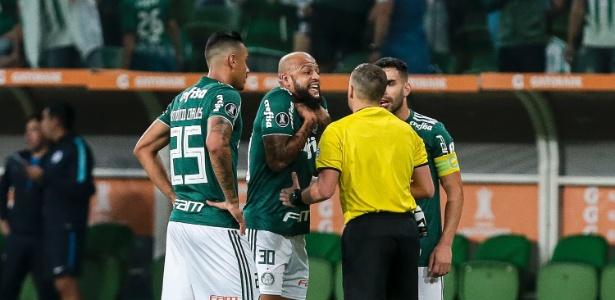 Felipe Melo reclama com o árbitro após ser expulso contra o Cerro - Ale Cabral/AGIF