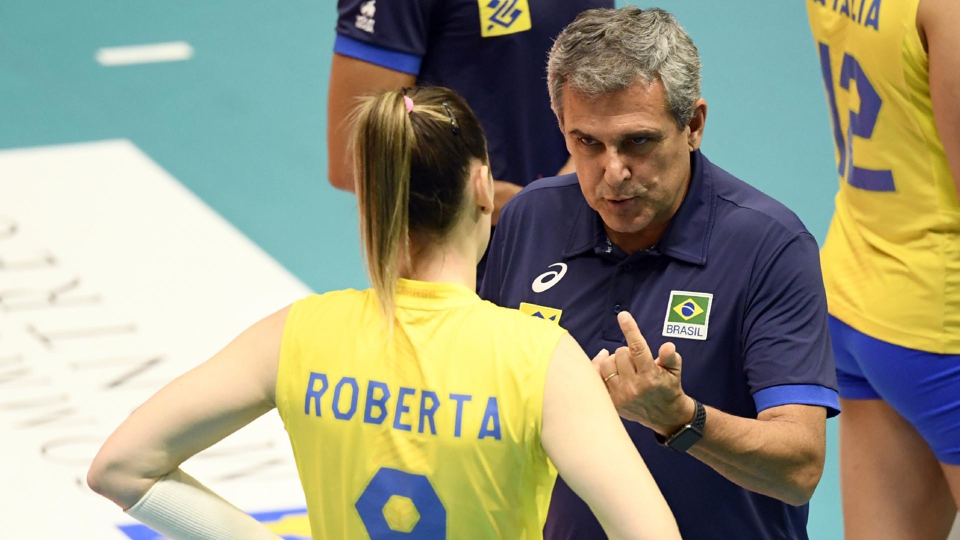 José Roberto Guimarães, técnico da seleção brasileira de vôlei, conversa com a levantadora Roberta no Montreux Volleyball Masters
