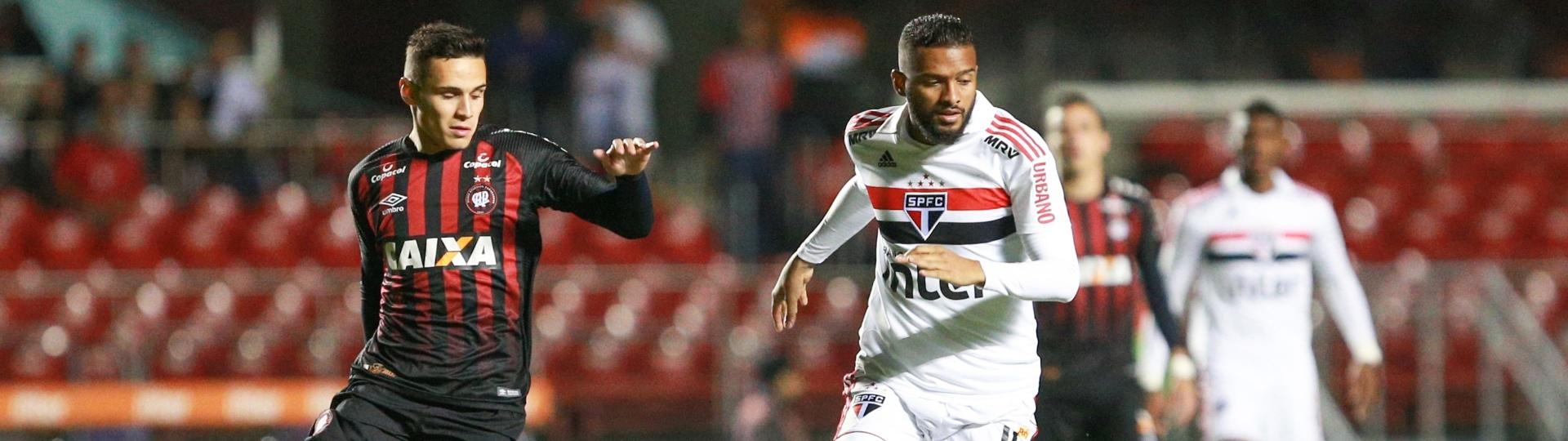Reinaldo em lance da partida entre São Paulo e Atlético-PR, pelo Brasileirão