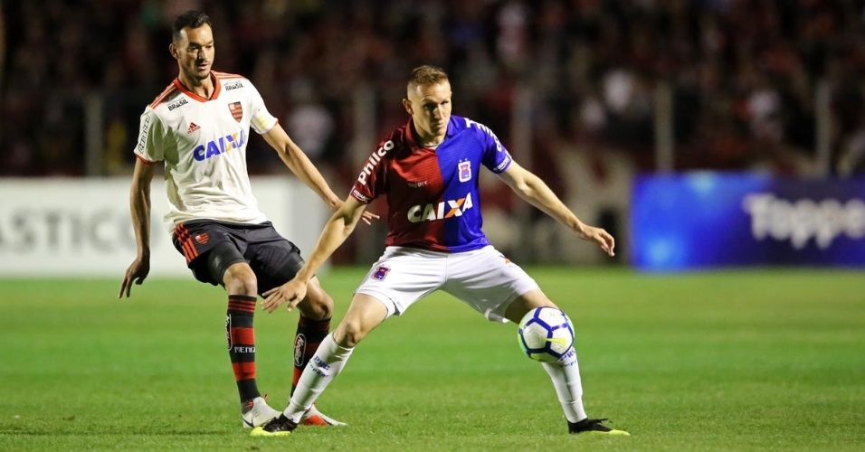 O zagueiro Réver em lance do jogo entre Paraná e Flamengo