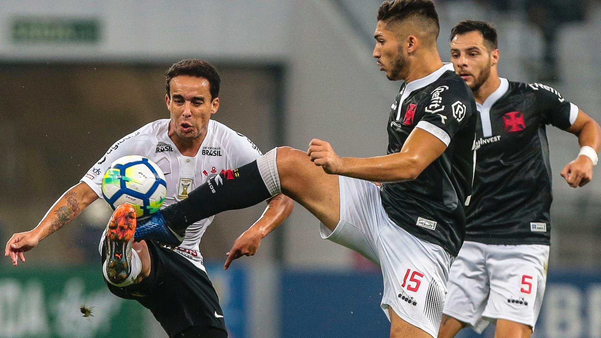 Jadson disputa bola com Andrey durante Corinthians x Vasco na Arena