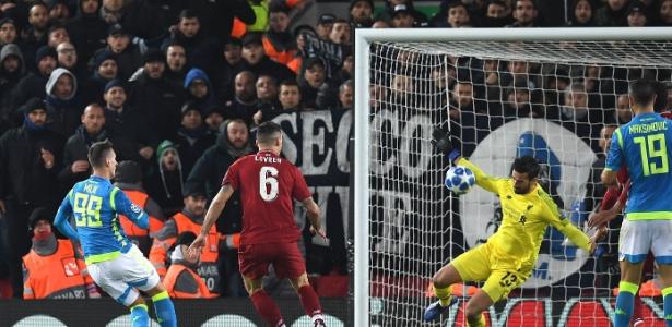 "Defesa ""milagrosa"" de Alisson salva o Liverpool de eliminação - Paul Ellis/AFP"