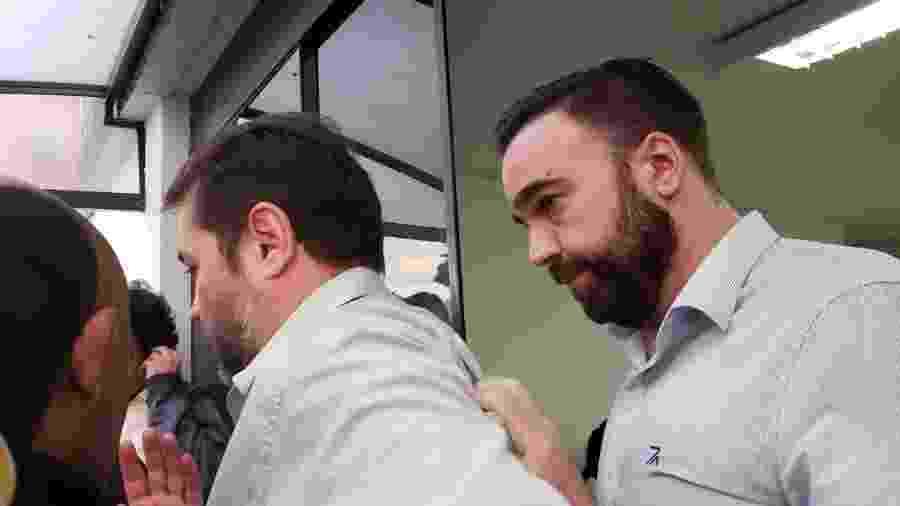 Rodrigo Galo (à direita) deixa a delegacia após prestar depoimento - Karla Torralba/UOL
