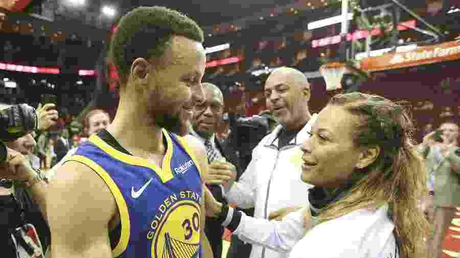 Sonya Curry comemora com o filho, Stephen Curry  - Thomas B. Shea-USA TODAY Sports