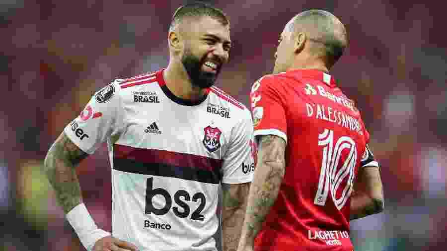 """Gabigol e D""""Alessandro sorriem durante duelo entre Internacional e Flamengo - Pedro H. Tesch/AGIF"""