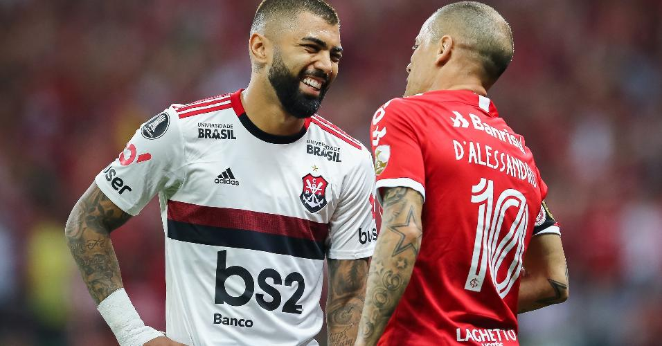 Gabigol e D'Alessandro, durante partida entre Internacional e Flamengo