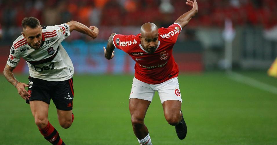 Rafinha e Patrick, durante partida entre Internacional e Flamengo