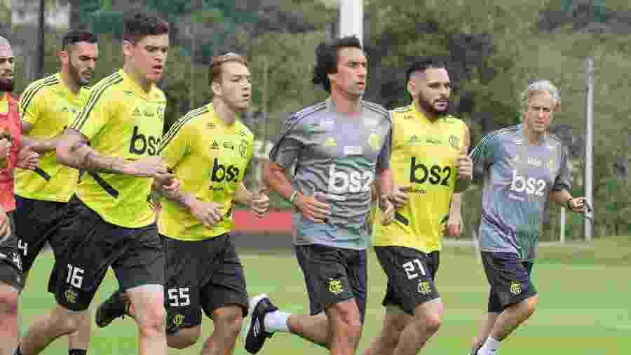 Auxiliar de Jorge Jesus no Flamengo, João de Deus corre ao lado dos jogadores no Ninho do Urubu - Alexandre Vidal/Flamengo
