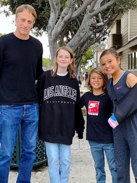 Tony Hawk (à esquerda) e Sky Brown (última à direita), após a jovem skatista receber alta do hospital - Reprodução/Instagram