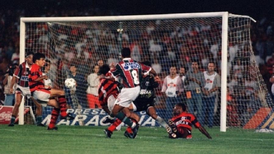 "Ailton chuta para ""marcar"" gol de barriga de Renato Gaúcho np título carioca de 1995 do Fluminense - Acervo Flu Memória"