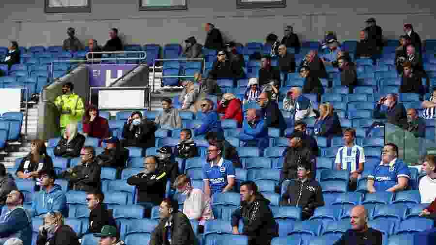 Amistoso entre Chelsea e Brighton, realizado em agosto, teve torcedores com distanciamento social  - Steve Bardens/Getty Images