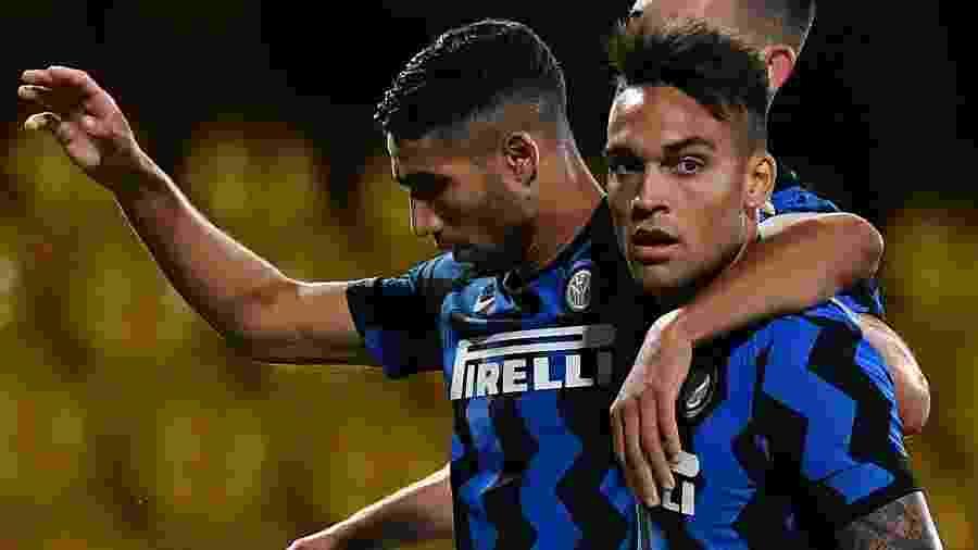 Lautaro Martínez comemora com Hakimi gol marcado pela Inter de Milão contra o Benevento - Tiziana FABI / AFP