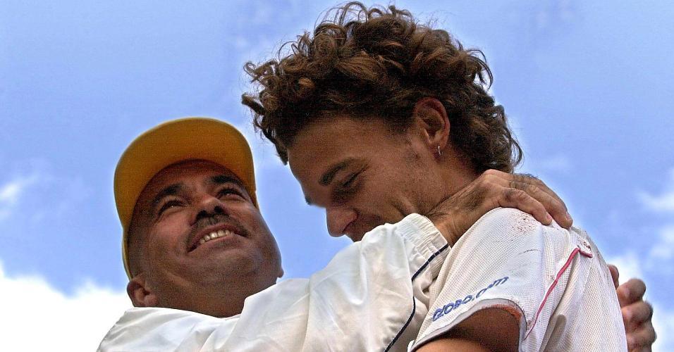 Guga é abraçado pelo técnico Larri Passos após a conquista no Torneio de Roland Garros, em 2001