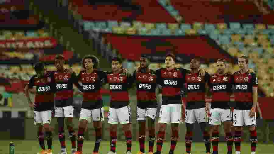 Jogadores do Flamengo acompanham a decisão por pênaltis contra o Racing na Libertadores - Antonio Lacerda/Pool/AFP