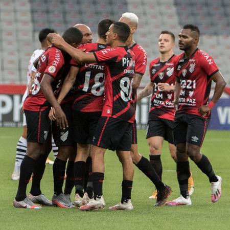Jogadores do Athletico-PR comemoram gol diante do Vasco pelo Brasileirão - Robson Mafra/AGIF