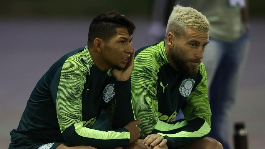 Rony e Lucas Lima assistem ao treino do Palmeiras no Qatar - Cesar Greco/Palmeiras